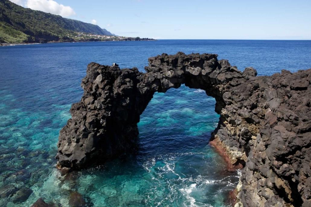 Arc naturel de lave, Faja da Ribeira da Areia, île de São Jorge, Açores