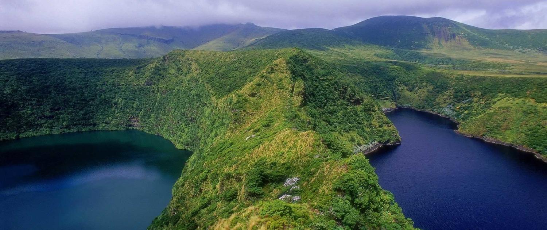Deux lacs volcaniques séparés par les bords de la caldeira, lagoa Negra (gauche) e lagoa Comprida (droite), Île de Flores, Açores