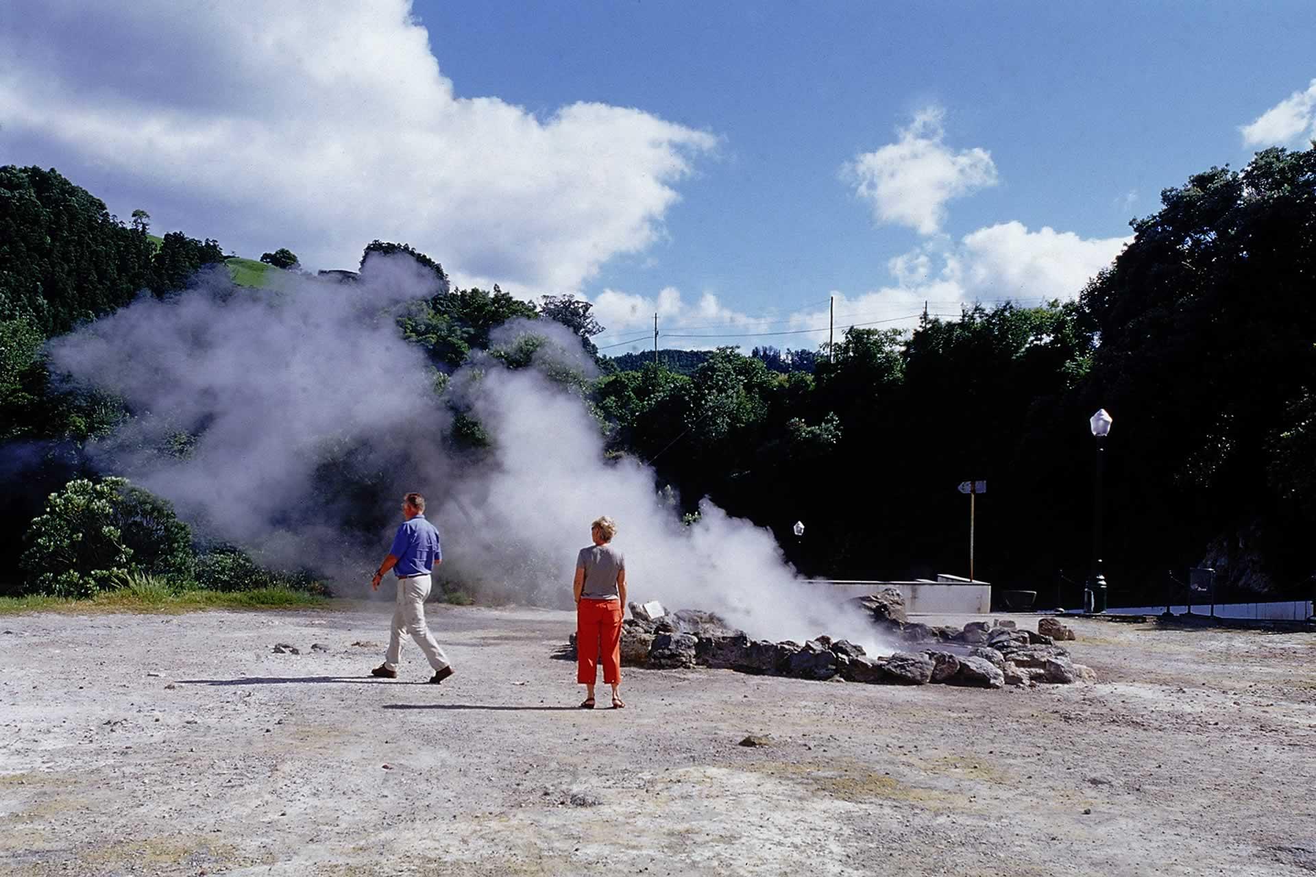 Sentier pédestre à travers caldeiras sèches, champs de fumerolles, eaux minérales sur île de São Miguel