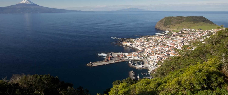 Mirador avec vue panoramique sur Velas de l'île de São Jorge et les deux autres îles qui composent le Triangle, Pico et Faial