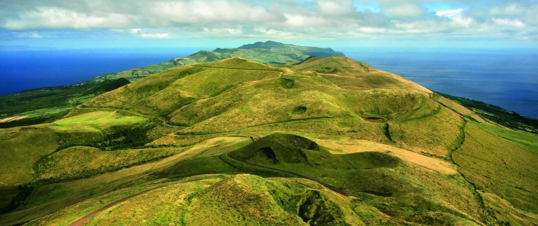 De Pico Da Esperança sur l''île de São Jorge, 1053 m d'altitude, sont visibles les îles du triangle, Faial et Pico