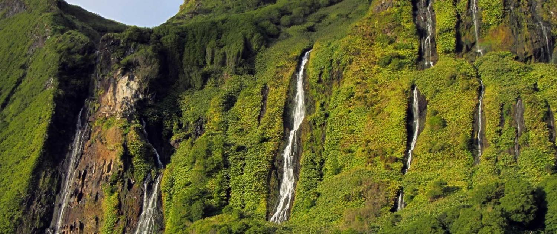 Lac à la base de la falaises formant d'impressionnantes cascades d'eau à Poca da Alagoinha, île de Flores, Archipel des Açores