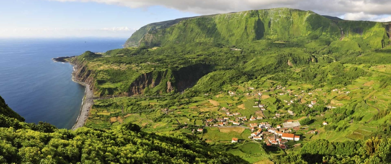 L'île de Flores est la plus verdoyante de l'archipel des Açores, riche en vallées, rivières, chutes d'eau, forêts et fleurs
