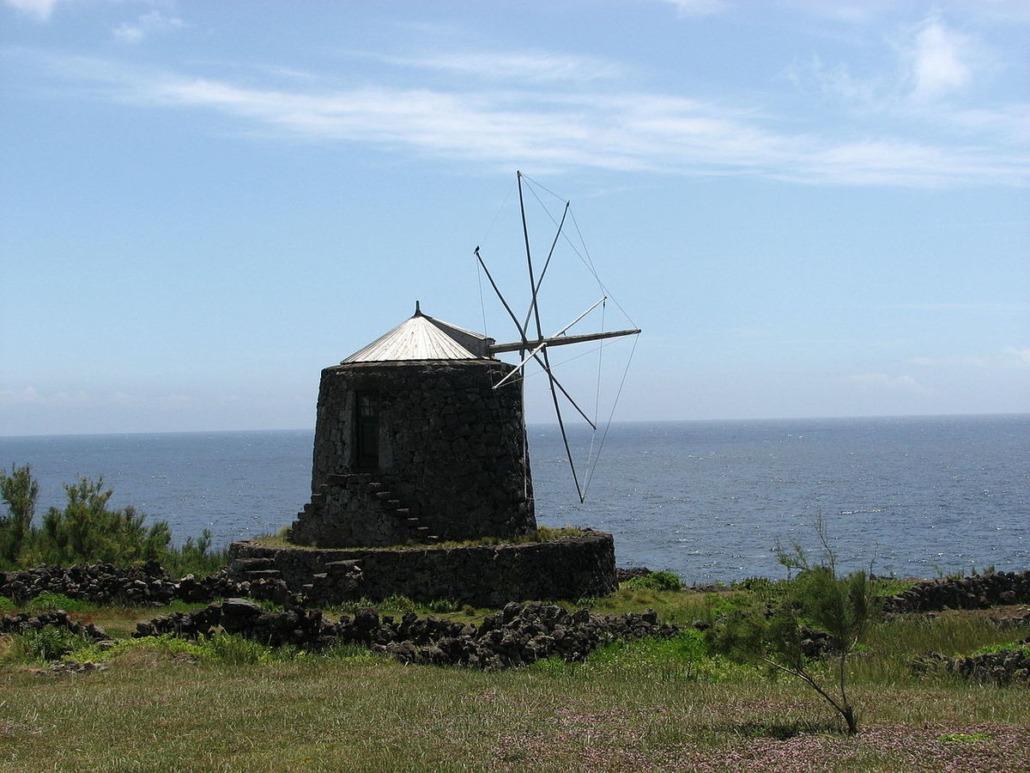 Petits moulins à vent à influence méditerranéenne ornant le bord de mer de l'île de Corvo