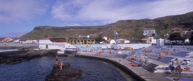 Baía dos Anjos, port de pêche et piscine naturelle, île de Santa Maria