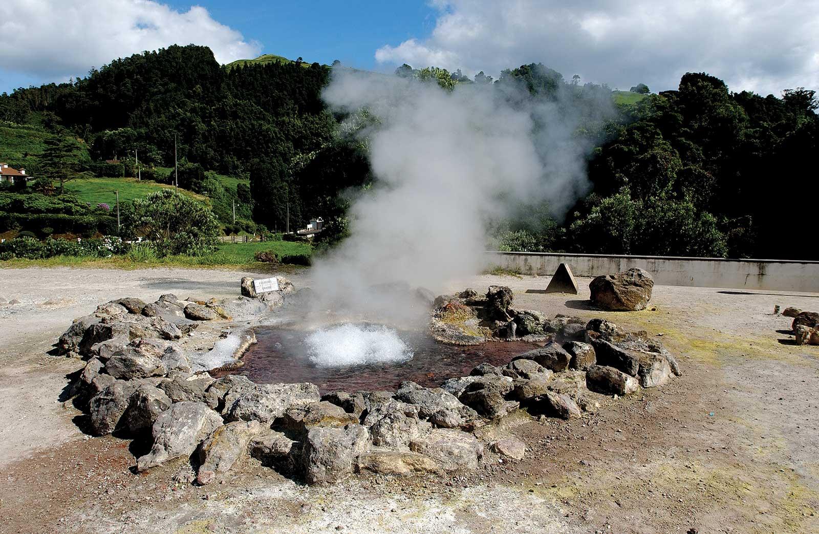 Sources d'eau chaude et trous dans la terre de Furnas, île de São Miguel