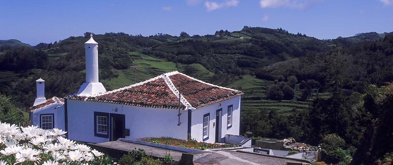 Maison traditionnelle dont la cheminée est blanchie à la chaux, île de Santa Maria, Açores